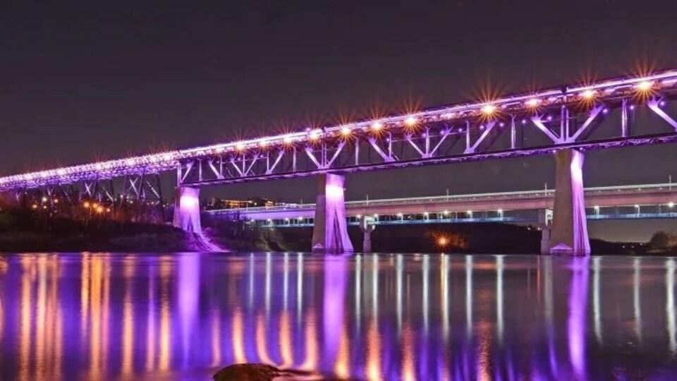 Le pont High Level éclairé.