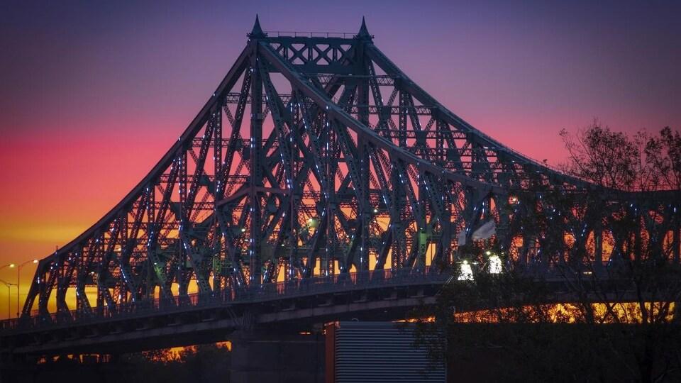 Le pont Jacques-Cartier sous le soleil couchant