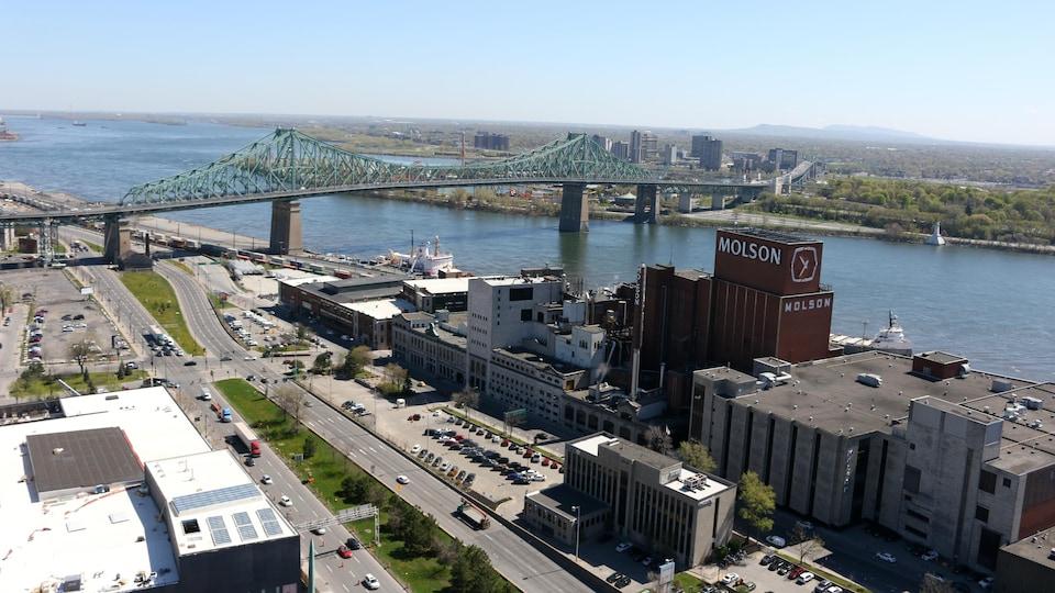 L'usine Molson et le pont Jacques-Cartier, à Montréal.