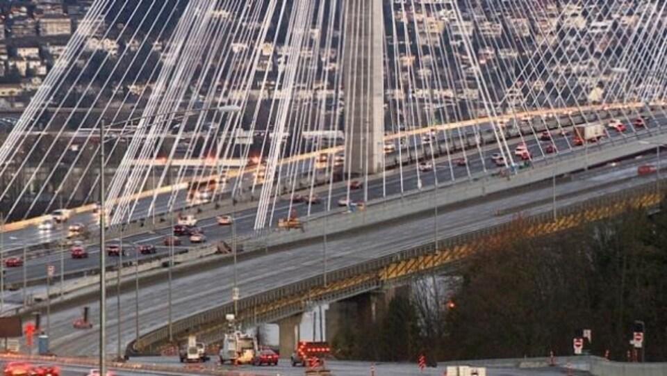 Vue du pont Port Mann avec circulation automobile légère