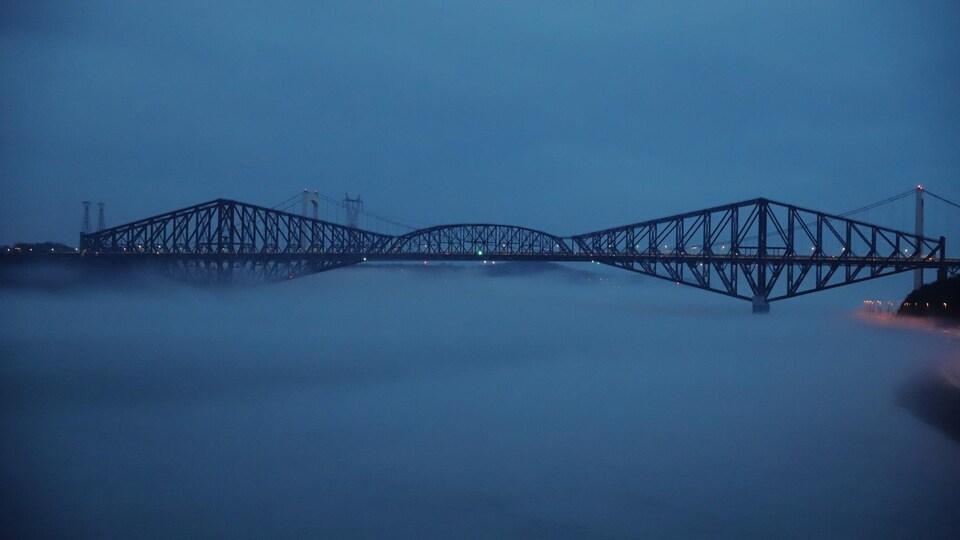 Les ponts de Québec et Laporte par un soir de brume.