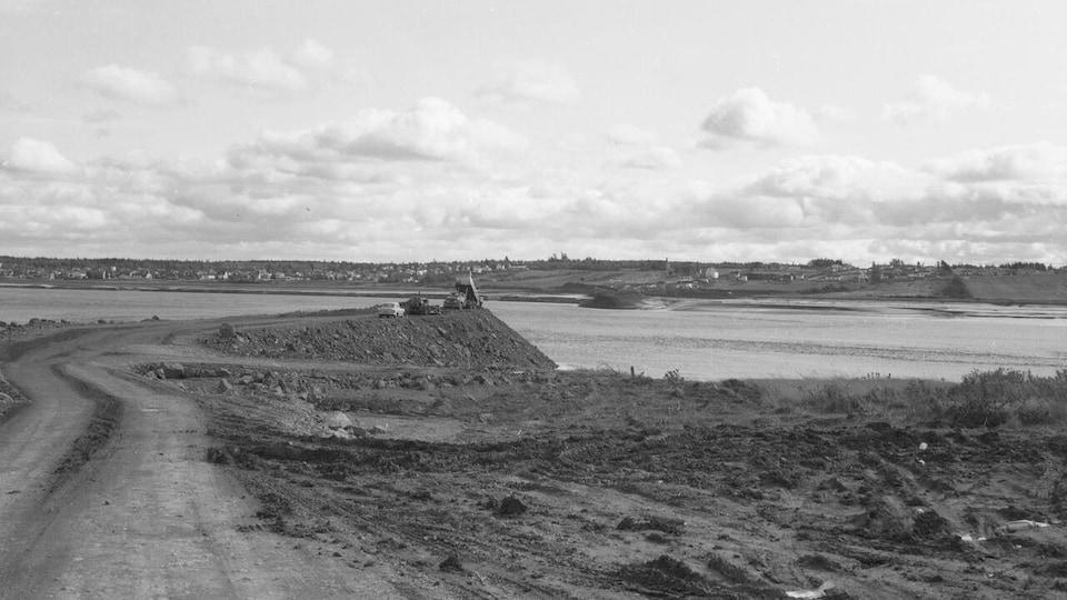 Une photo ancienne en noir et blanc d'un pont en construction.