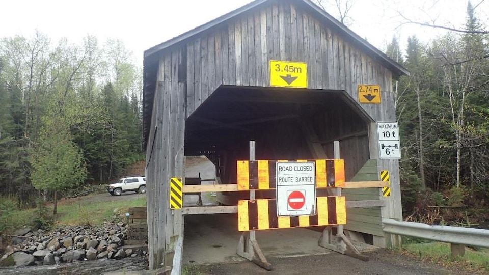 Le pont couvert de la rivière Quisibis a été endommagé par les inondations.