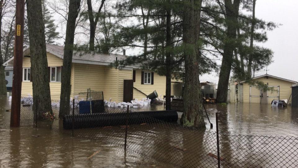 Des maisons partiellement submergées à Pontiac
