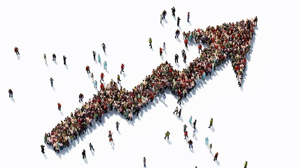 Une flèche ascendante formée de centaines de personnes.