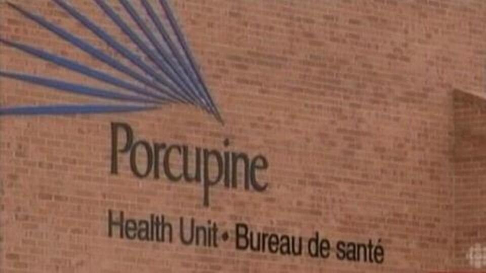 Logo du Bureau de santé Porcupine sur un mur de briques.