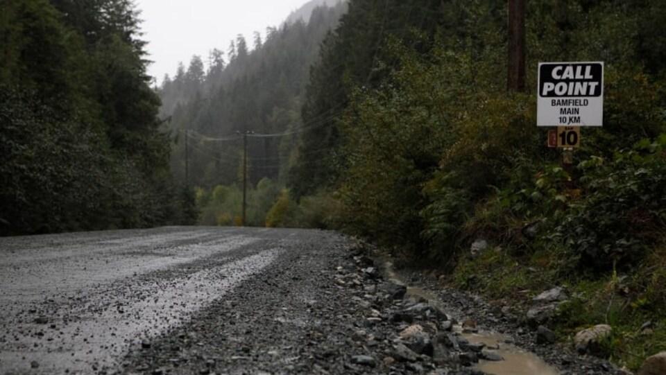 Une route en gravier sous la pluie, en Colombie-Britannique.