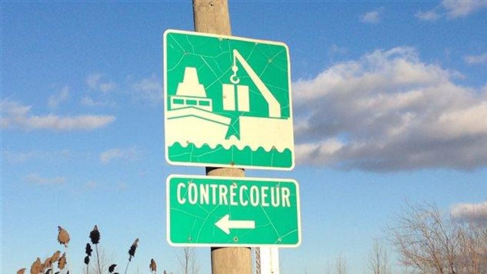Une pancarte indique où se trouve le terminal portuaire de Contrecoeur.
