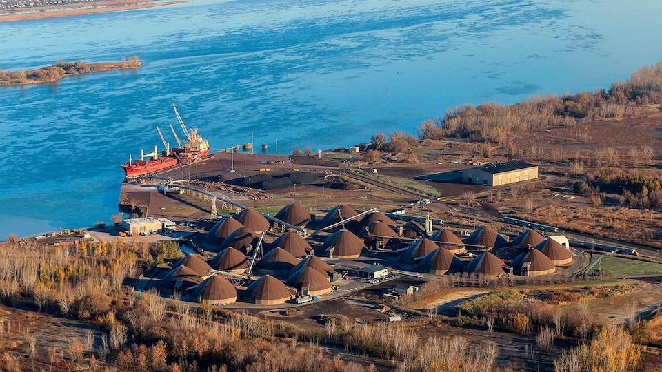 Vue aérienne des installations du port.