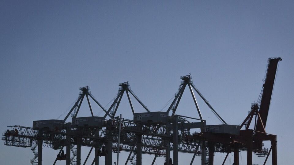 Des installations portuaires.