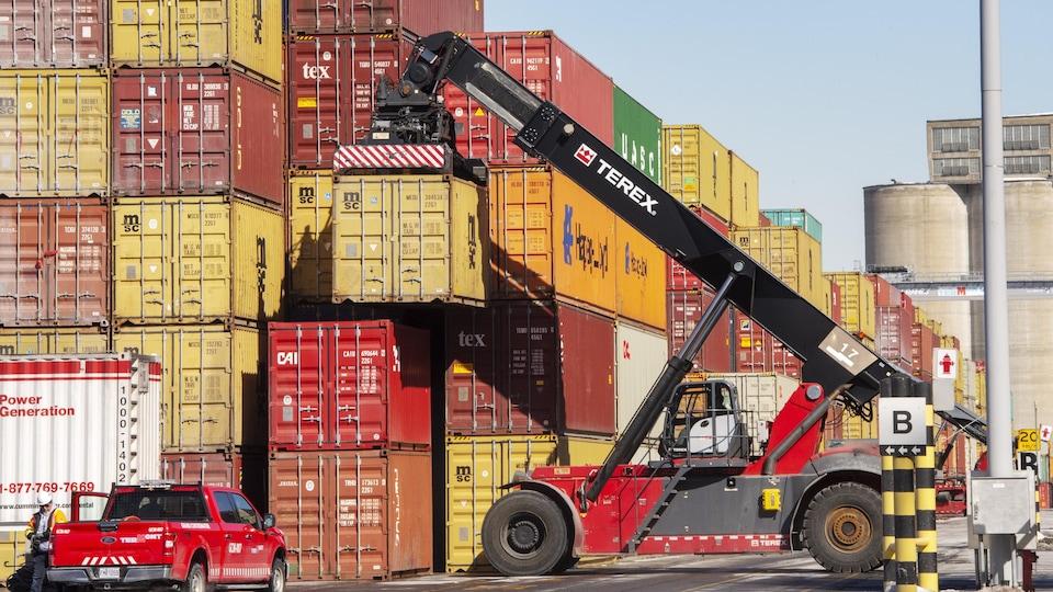 Des conteneurs au port de Montréal.