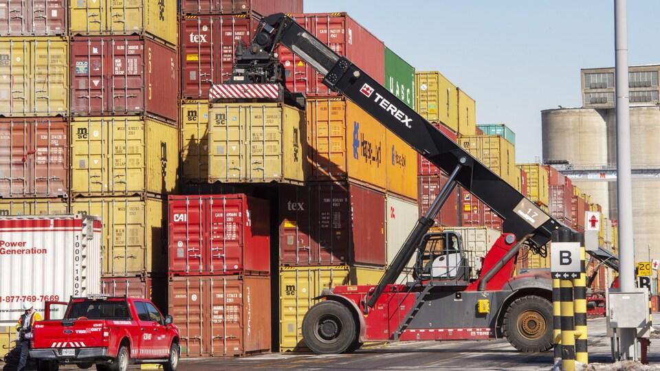 Des conteneurs stockés dans le port.