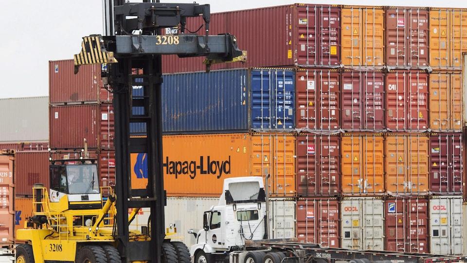 Des conteneurs sont empilés dans un terminal.