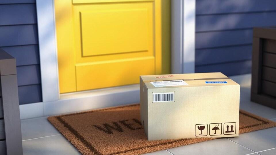 Une boite de livraison déposée devant une porte jaune extérieur.
