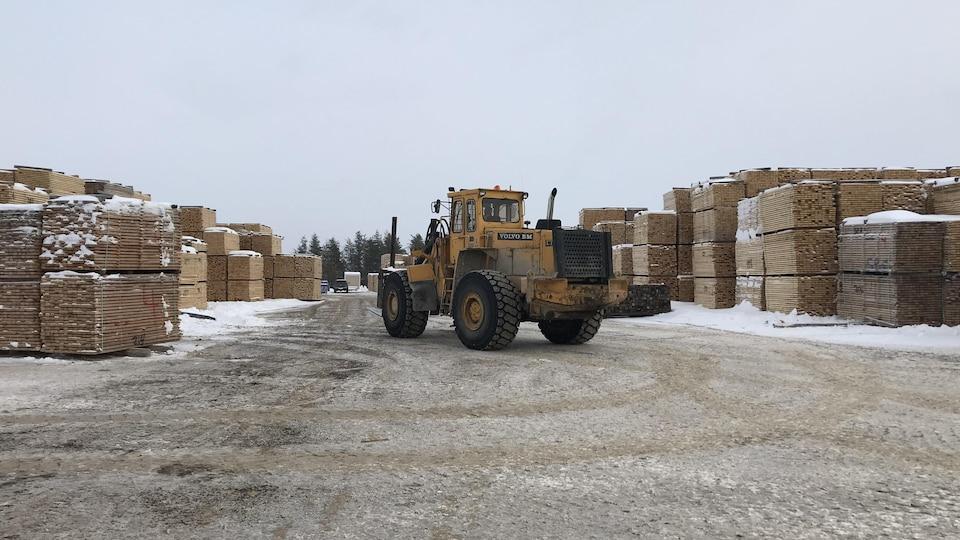 Un camion lourd dans une cour d'usine de bois d'oeuvre.