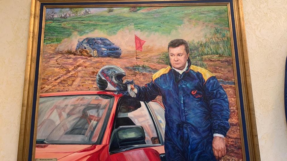 Une peinture montrant un homme debout devant une voiture de course.