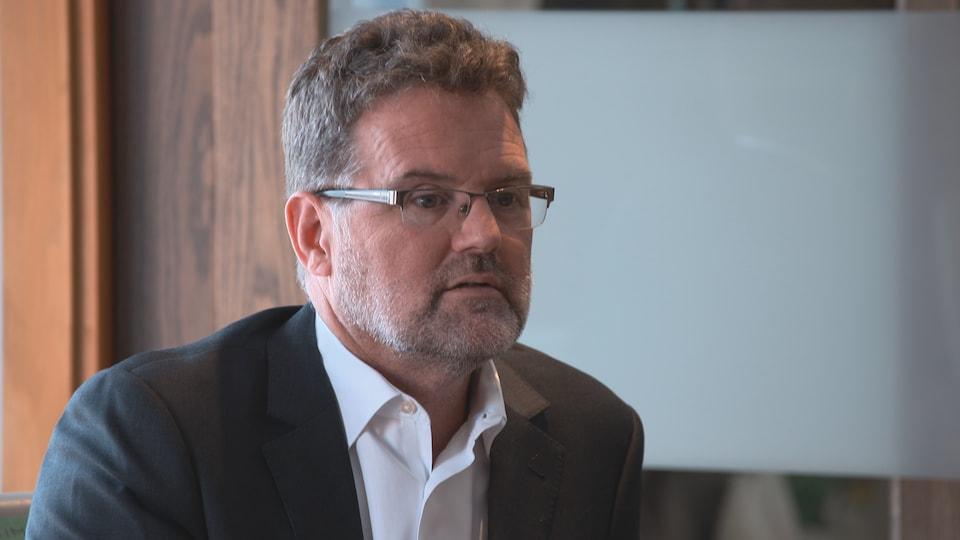 Maxime Pedneaud-Jobin prend part à une discussion.