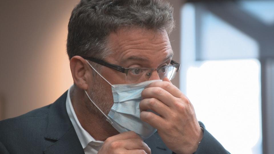 Maxime Pedneaud-Jobin ajuste son couvre-visage.