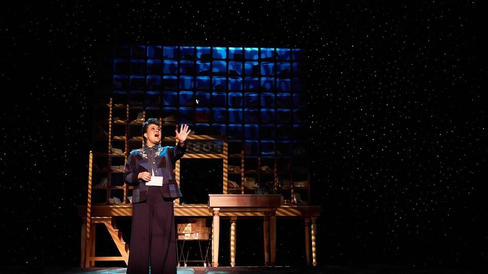 Une femme chantant sur scène.