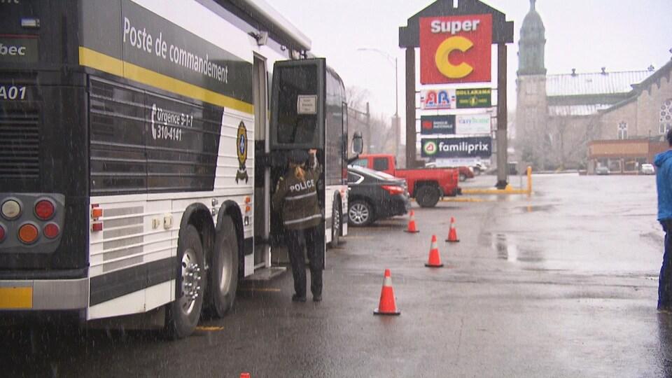 Le camion de la Sûreté du Québec avec de la neige.