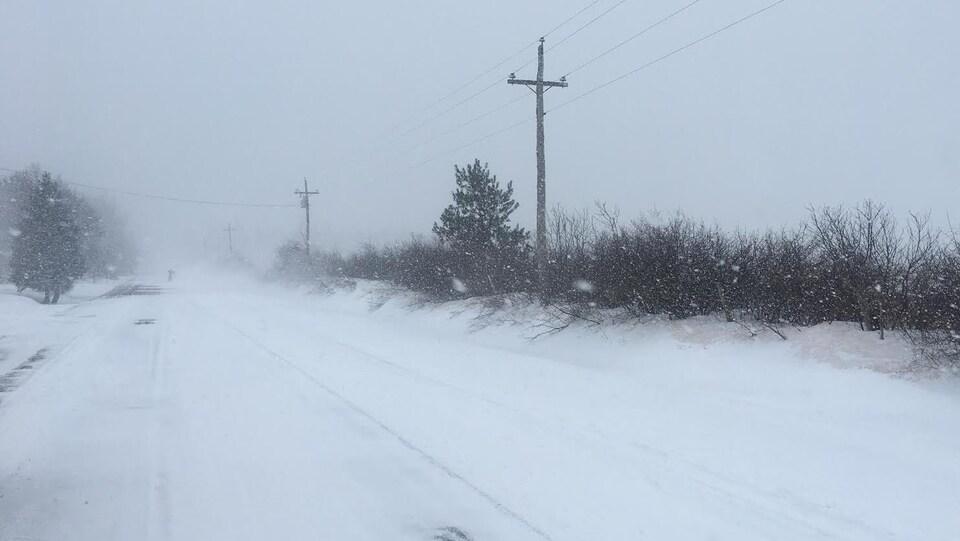 Une route rurale enneigée
