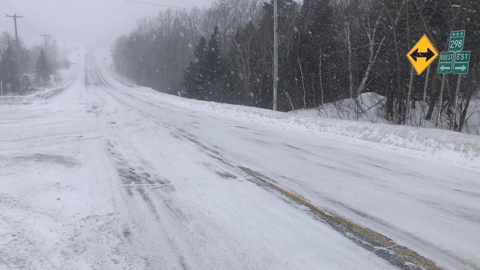 Le tronçon de la route 298, entre Saint-Donat et Saint-Gabriel-de-Rimouski, est enneigé et la visibilité est réduite par la poudrerie.