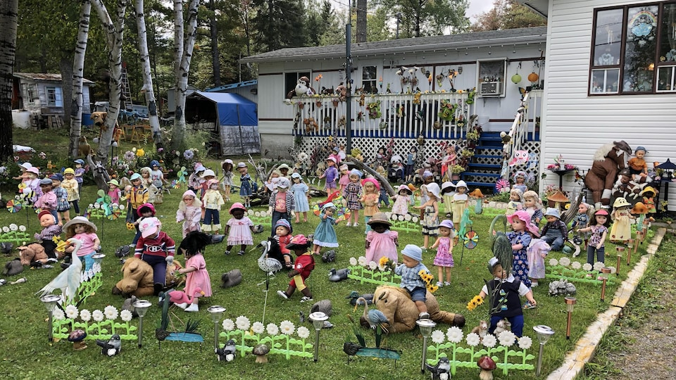 Les poupées et plusieurs types de décoration se retrouvent devant la résidence.