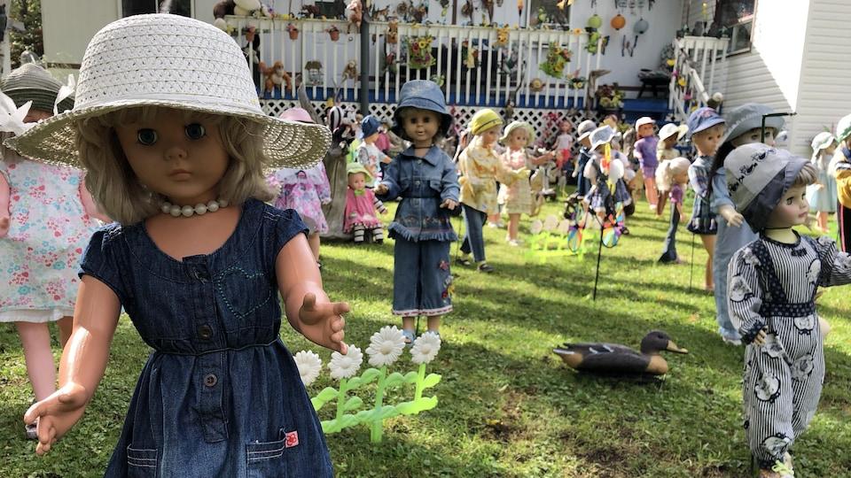 Des poupées sont placées devant une résidence.