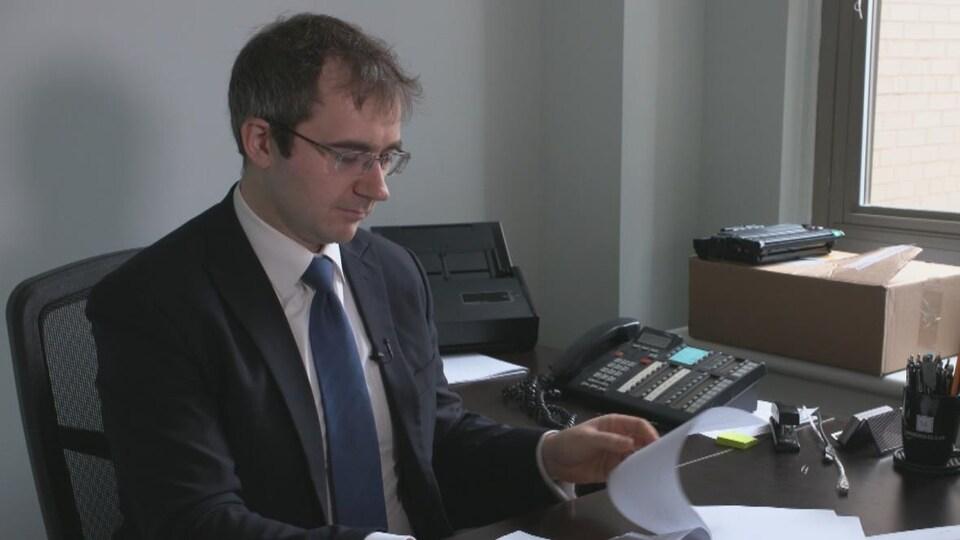 On voit l'avocat qui représente Mme Joshi, Andrew Monkhouse, dans son bureau.