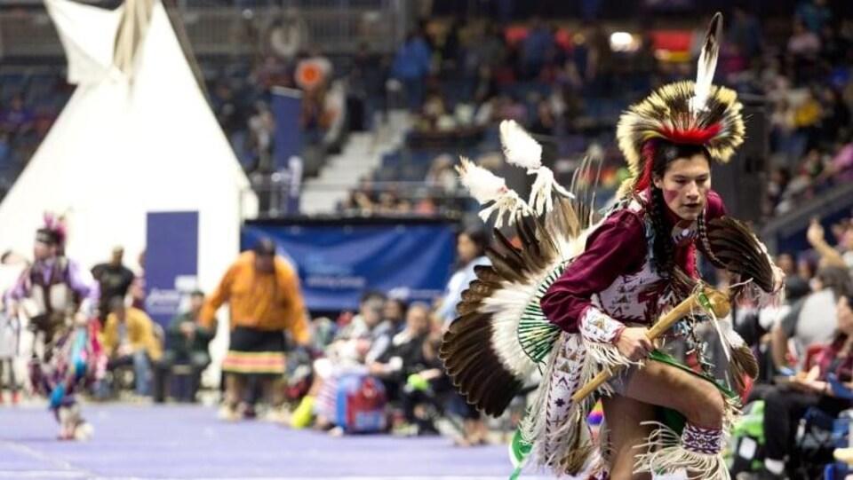 Un participant danse lors du pow-wow de l'Université des Premières Nations à Regina.