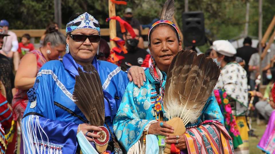 Deux femmes autochtones dans leur regalia bleue.