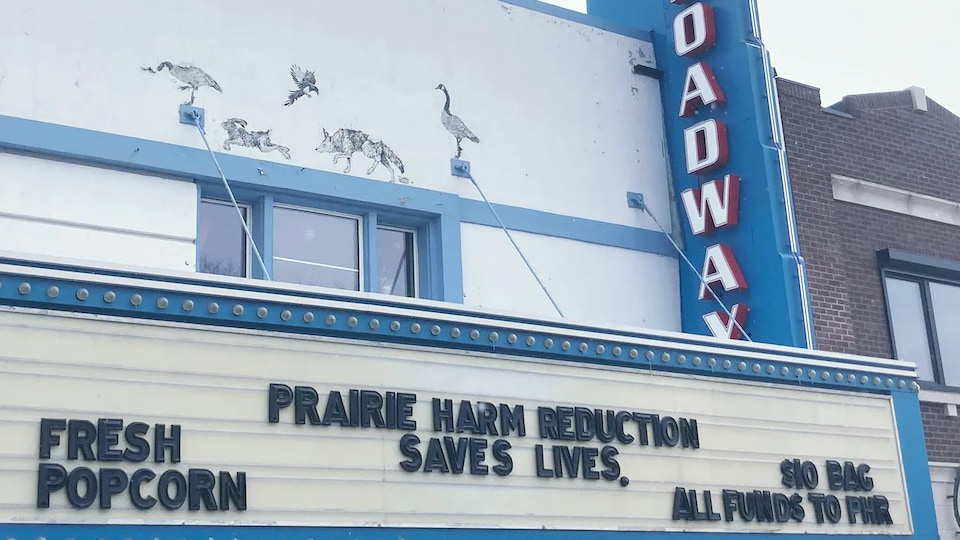 La devanture du théâtre Broadway indique qu'un sac de pop corn coûte 10 dollars et que tous les fonds iront au centre Prairie Harm Reduction.