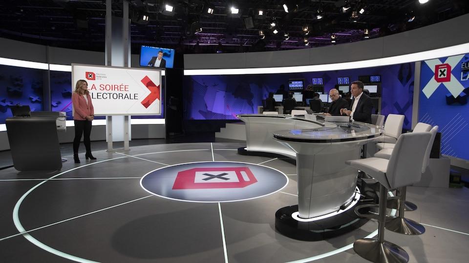 Madeleine Blais-Morin, Michel C. Auger et Patrice Roy sur un plateau de télévision.