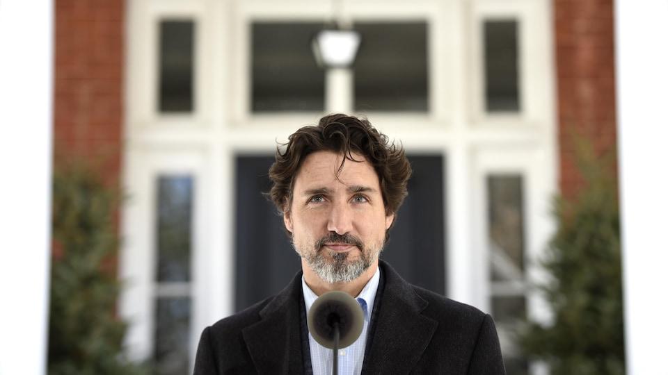Le premier ministre Justin Trudeau devant sa résidence de Rideau Cottage.