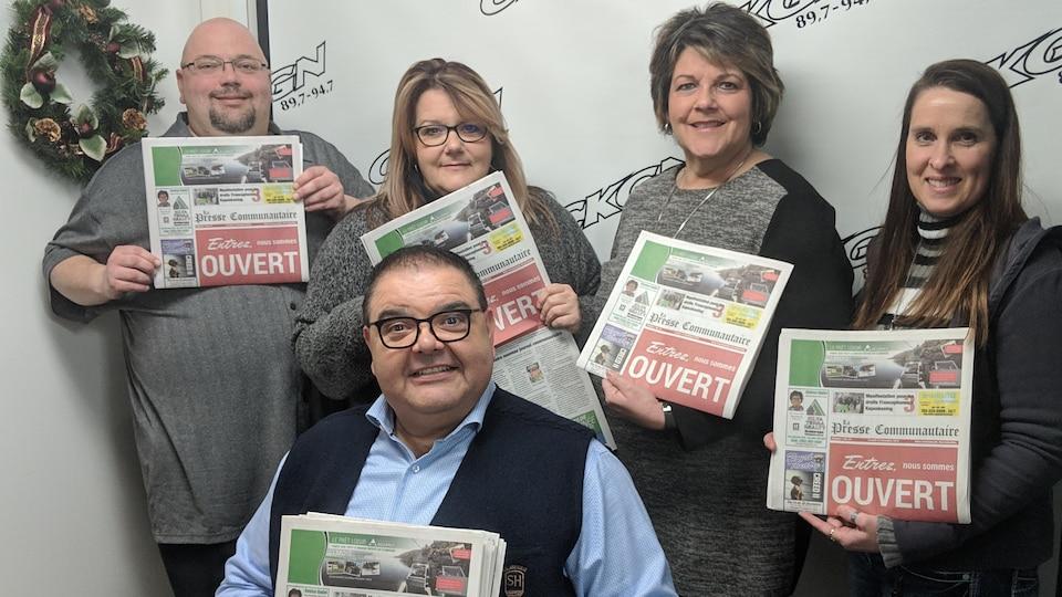 Les employés du nouveau journal La Presse communautaire de Kapuskasing posent avec le premier numéro.