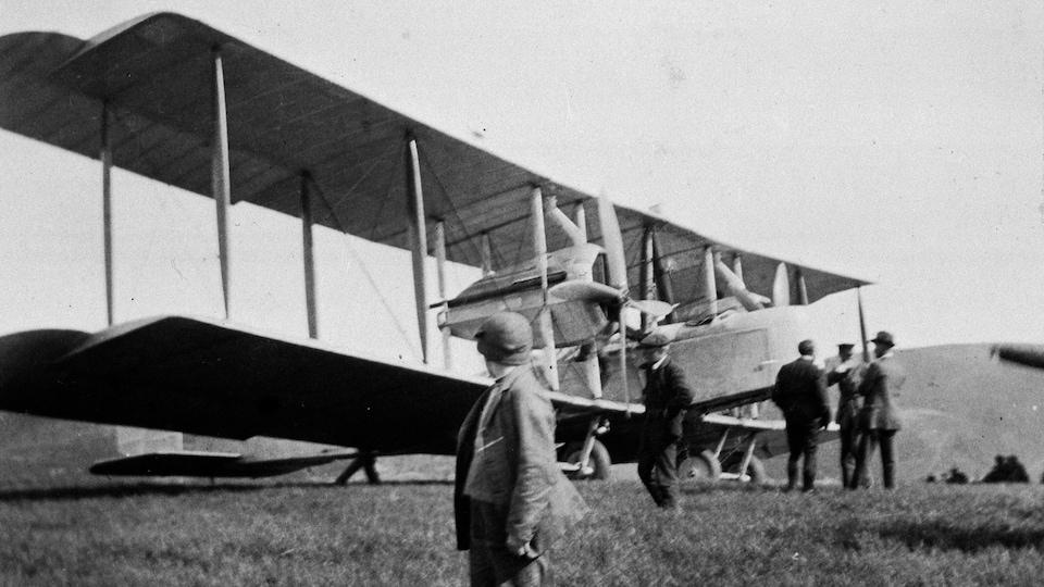 Des gens autour de l'avion posé à Terre-Neuve le 14 juin 1919.