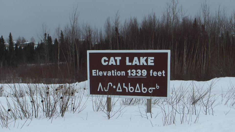 Une pancarte indiquant le nom et l'emplacement de la Première Nation de Cat Lake