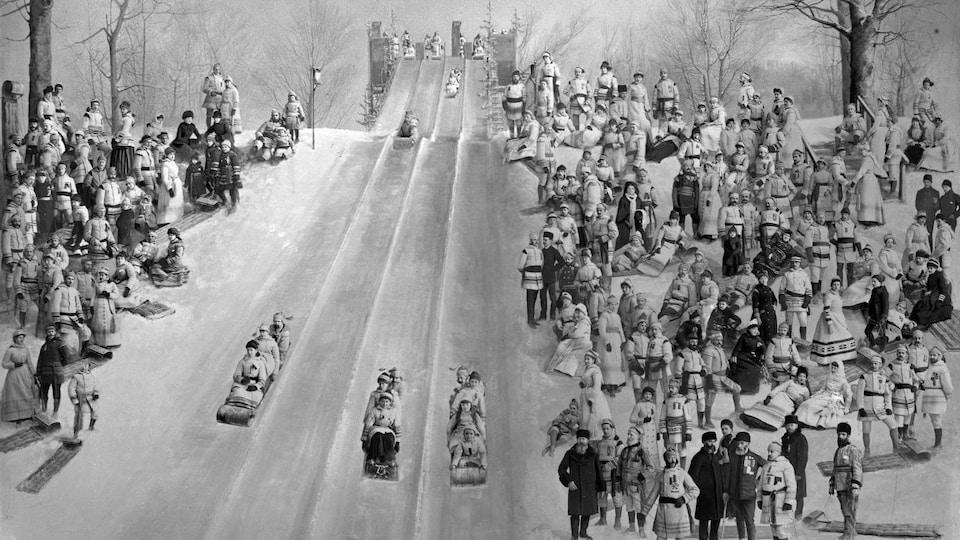 Une foule de glisseurs profitent d'une spectaculaire piste de toboggan ancienne sous les yeux de la foule