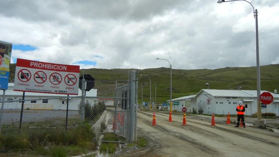 Près de l'entrée de la mine Constancia de la HudBay.