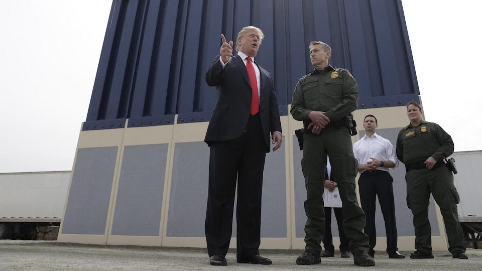 M. Trump près de la frontière avec le Mexique à Otay Mesa.