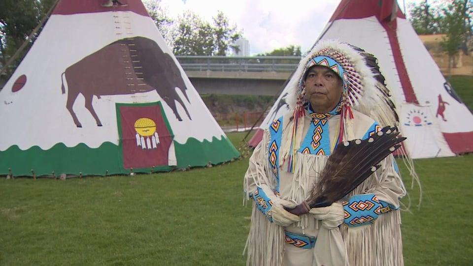 Lowa Beebe, en costume traditionnel, se tient dans le Village indien du Stampede de Calgary.