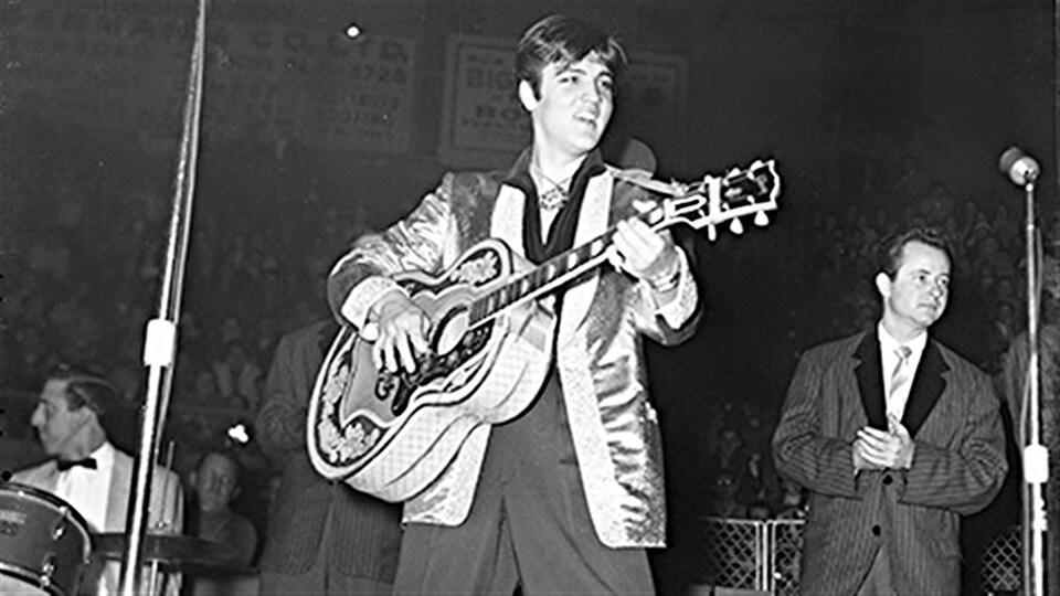 Elvis Presley durant une prestation à l'auditorium d'Ottawa, en 1957.