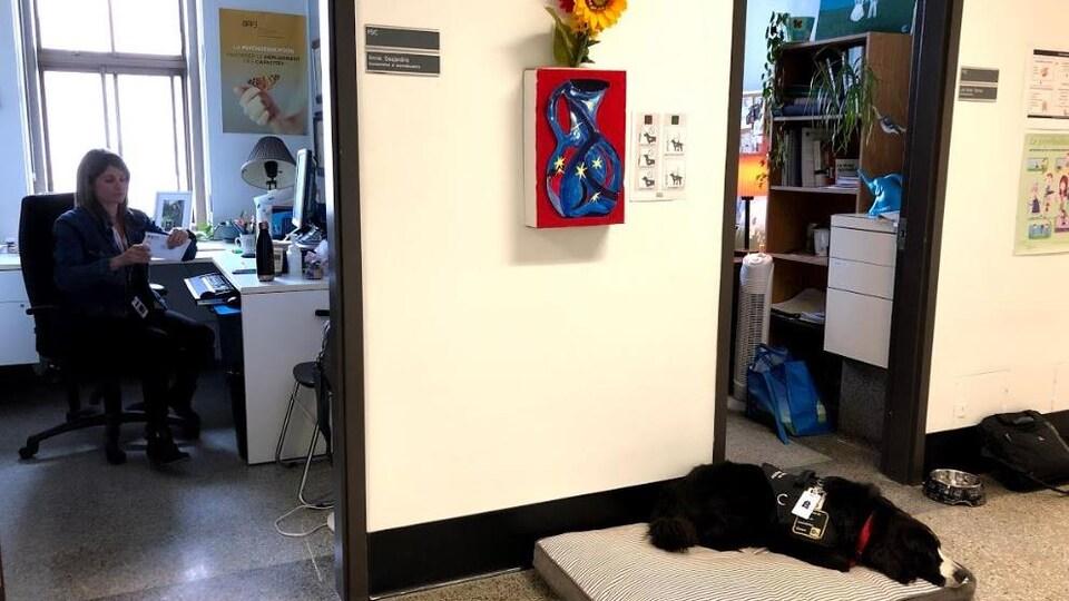 Preti est couchée sur un matelas à l'extérieur du bureau d'une psychoéducatrice.