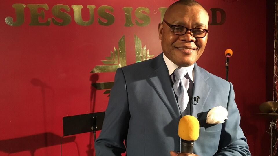 René Vincent Tshibula à son église, le Heart Church Ministries d'Edmonton