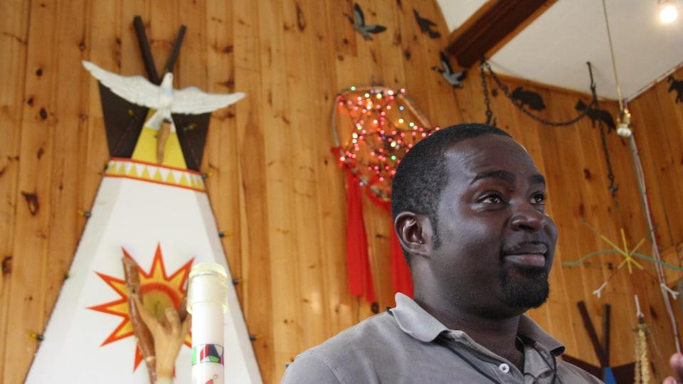 Le père Ali devant le crucifix.
