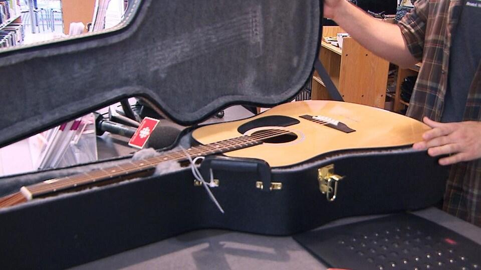 Une guitare en location dans une bibliothèque de Montréal