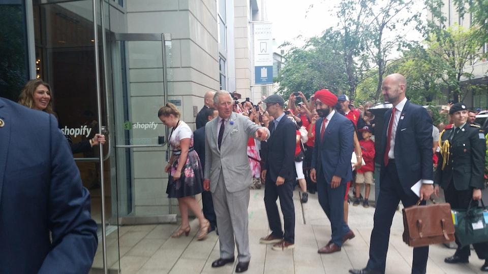 Le prince Charles salue la foule.