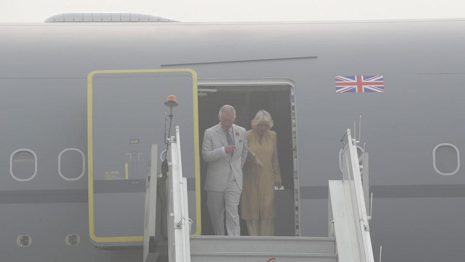 Le prince Charles et son épouse Camilla descendent de leur avion dans un nuage de pollution à New Delhi.