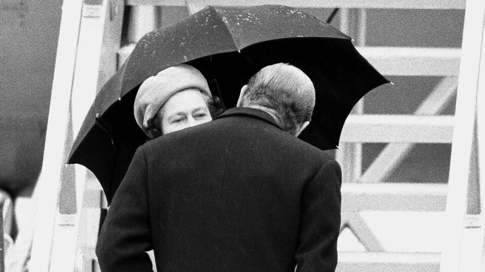 Le prince embrasse la reine Élisabeth pour lui dire au revoir à l'aéroport de Sudbury en 1984.