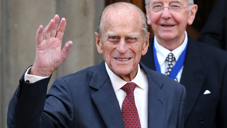 Le prince Philippe salue les photographes devant la Société royale d'Édimbourg